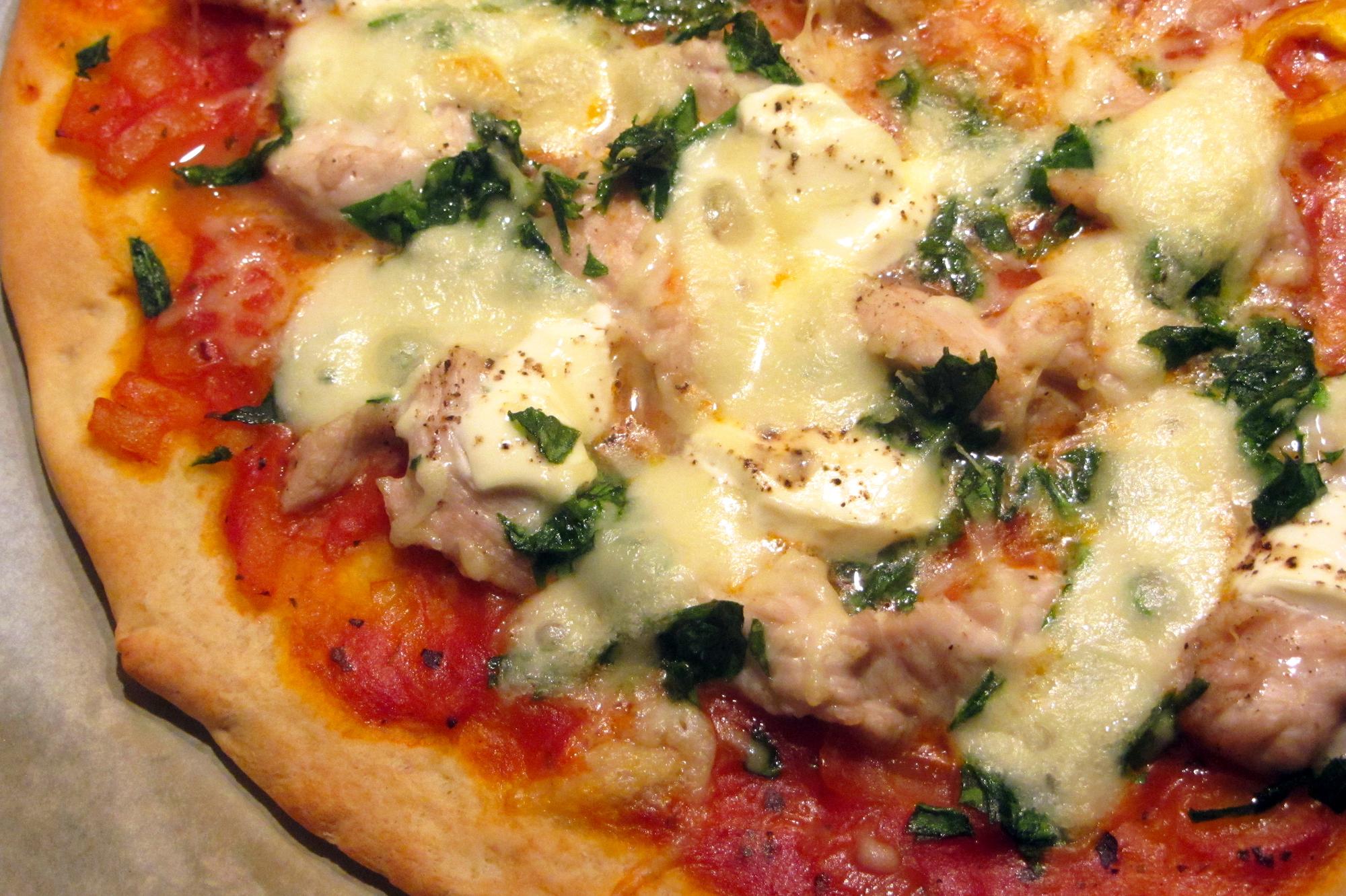 Pizza met kalkoen, spinazie en zure room