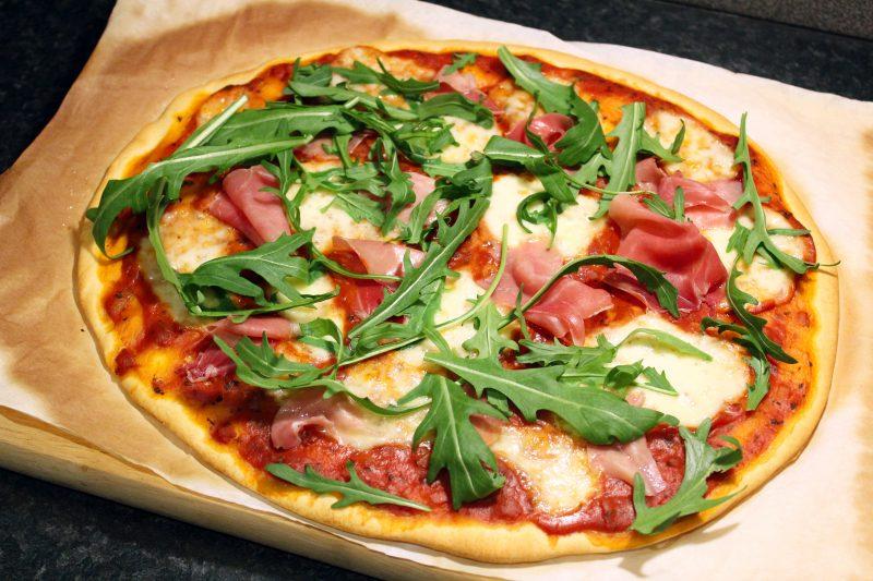 Pizza met rauwe ham en rucola