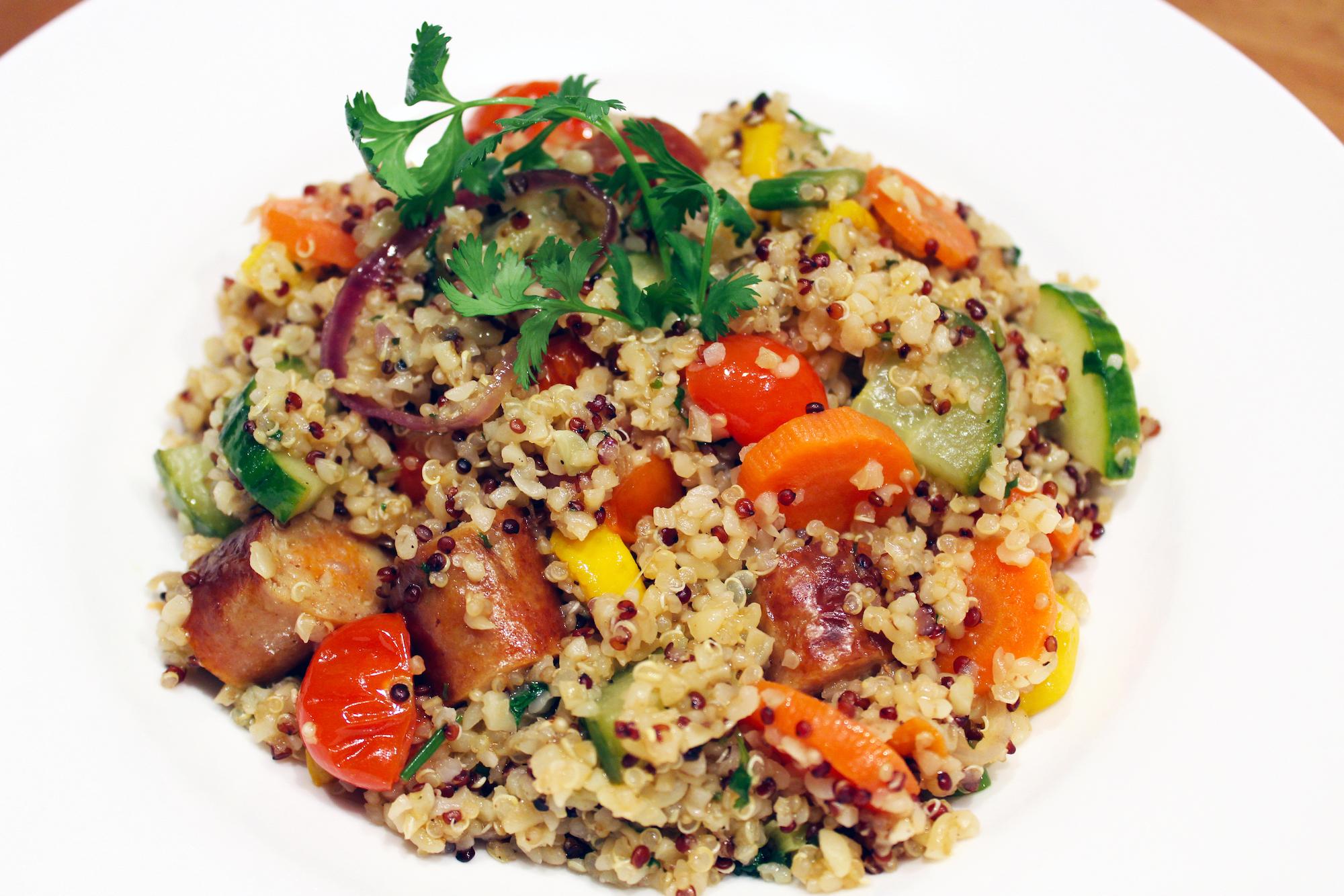 Quinoa en bulgur met stukjes kippenchipolata en groenteweelde