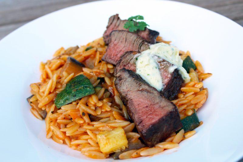 Restaurantsteak met Griekse pasta en zuiderse groenten (Colruyt)