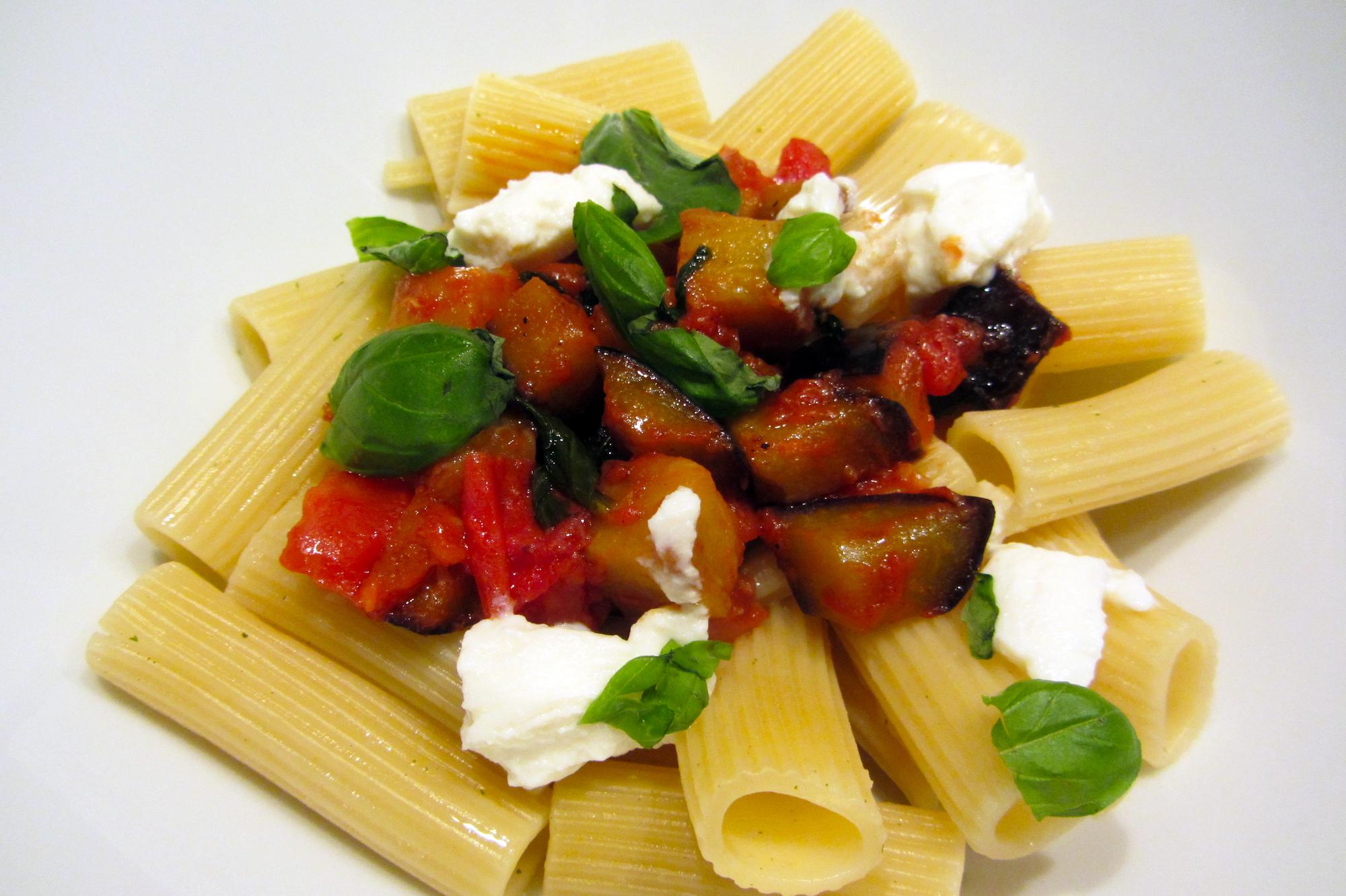 Rigatoni met tomatensaus en gegrilde aubergine (Jamie Oliver)