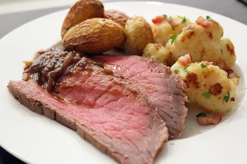 Rosbief, geroosterde aardappelen en gebakken bloemkool met pancetta (Jeroen Meus)