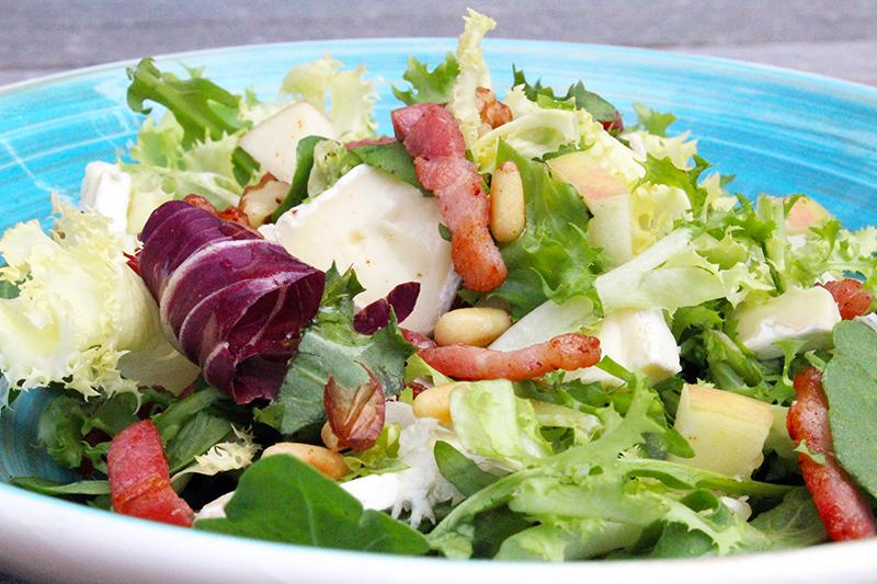 Salade met brie en spek