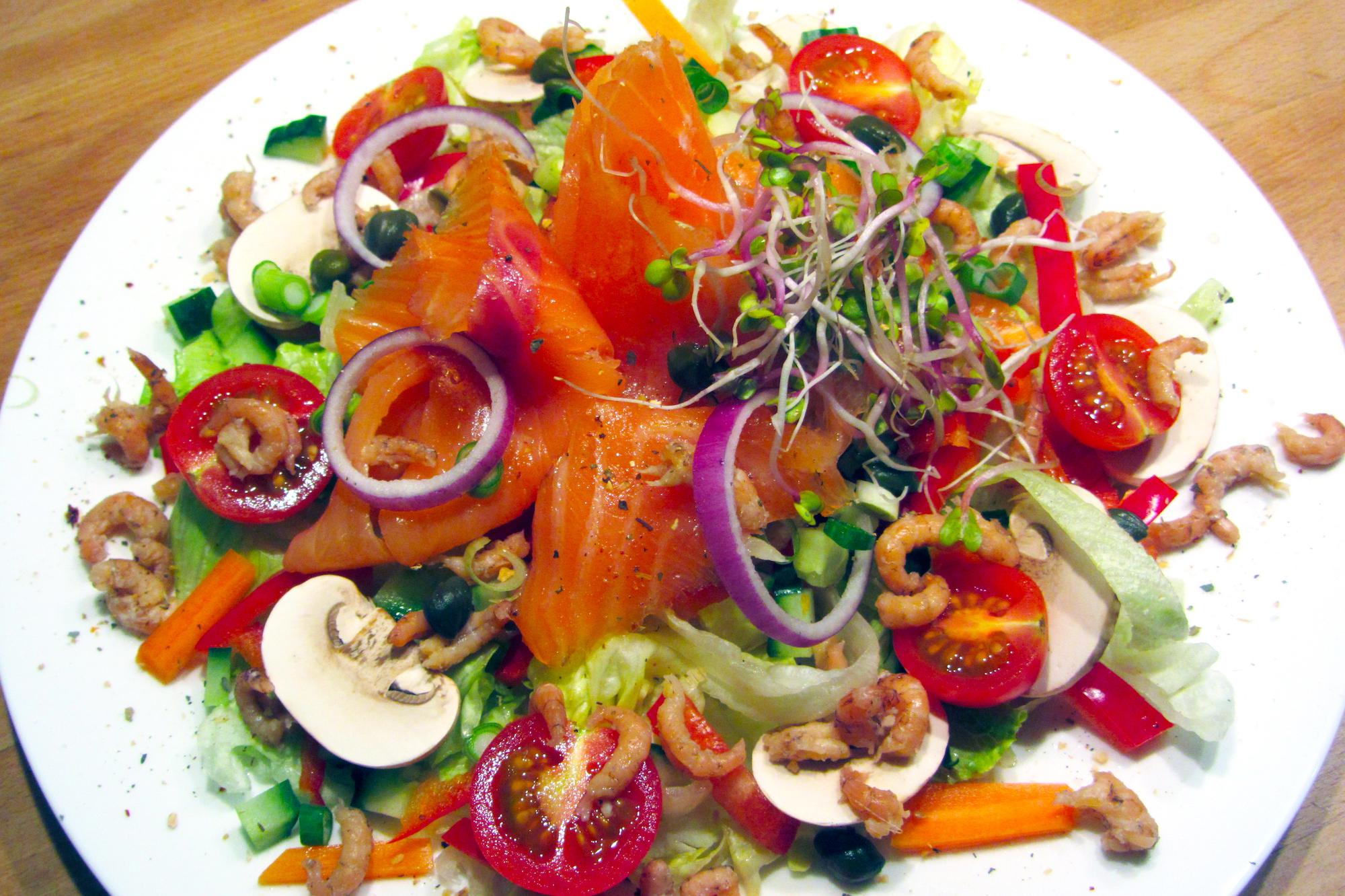 Salade met gerookte zalm en grijze garnalen