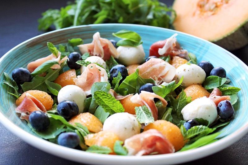 Salade van meloen, mozzarella en Parmaham (Sandra Bekkari)