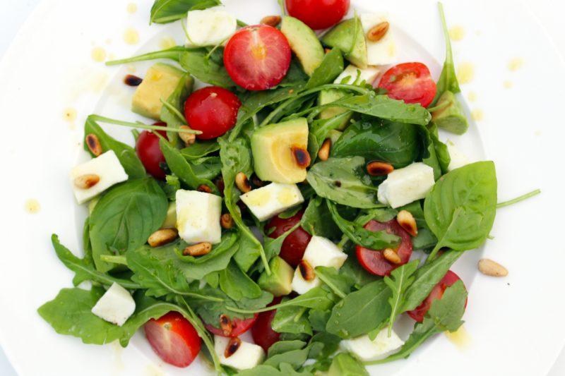 Salade van mozzarella, kerstomaatjes en avocado (Sandra Bekkari)