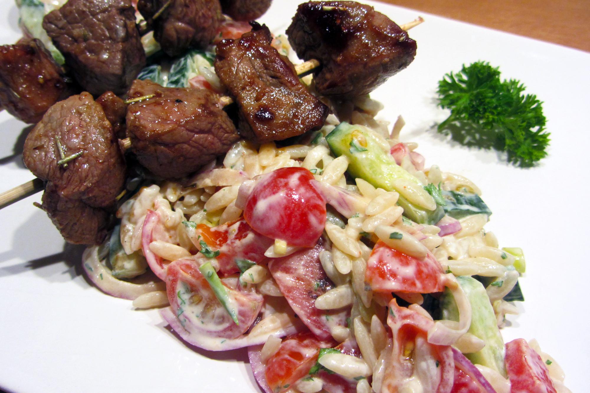 Souvlaki van lamsvlees met groenten en Griekse rijst (Jeroen Meus)