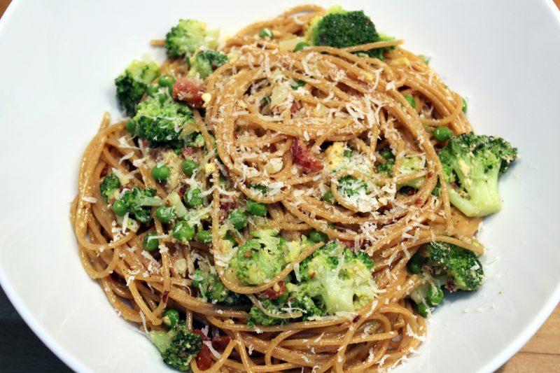 Spaghetti alla carbonara met erwten (Jeroen Meus)