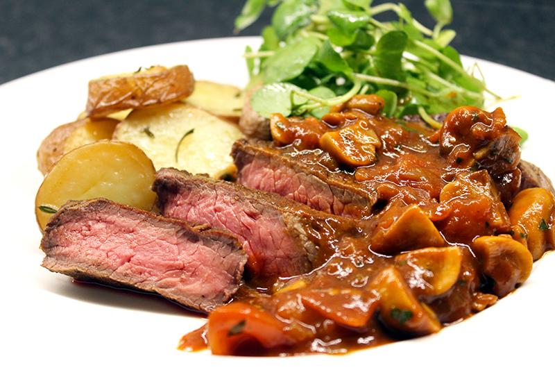 Steak Madeira met gebakken aardappelen en waterkers (Jeroen Meus)