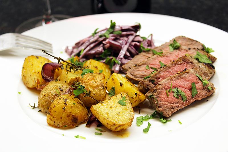 Steak met Cajun patatjes en rodekoolsla