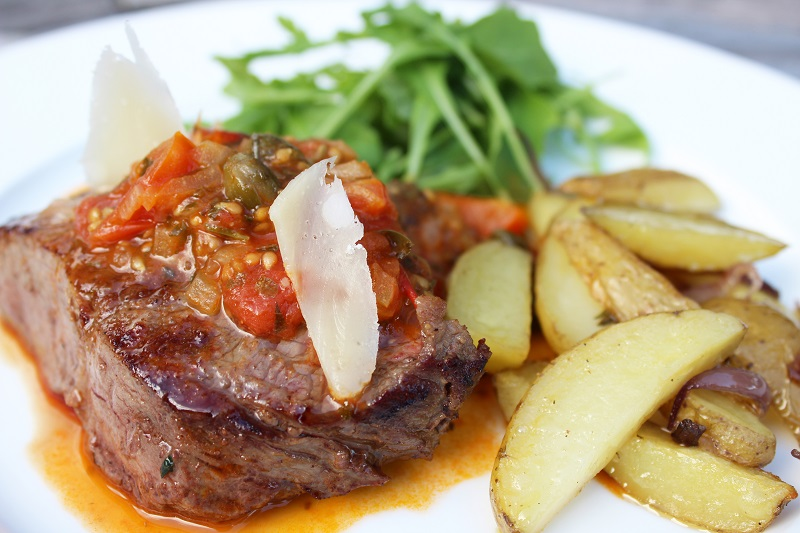 Steak met tomatensaus en krielpatatfrietjes (Sandra Bekkari)