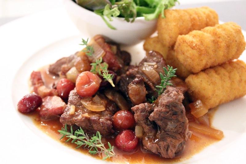 Stoofvlees met spek, veenbessen en rode wijn (Colruyt)