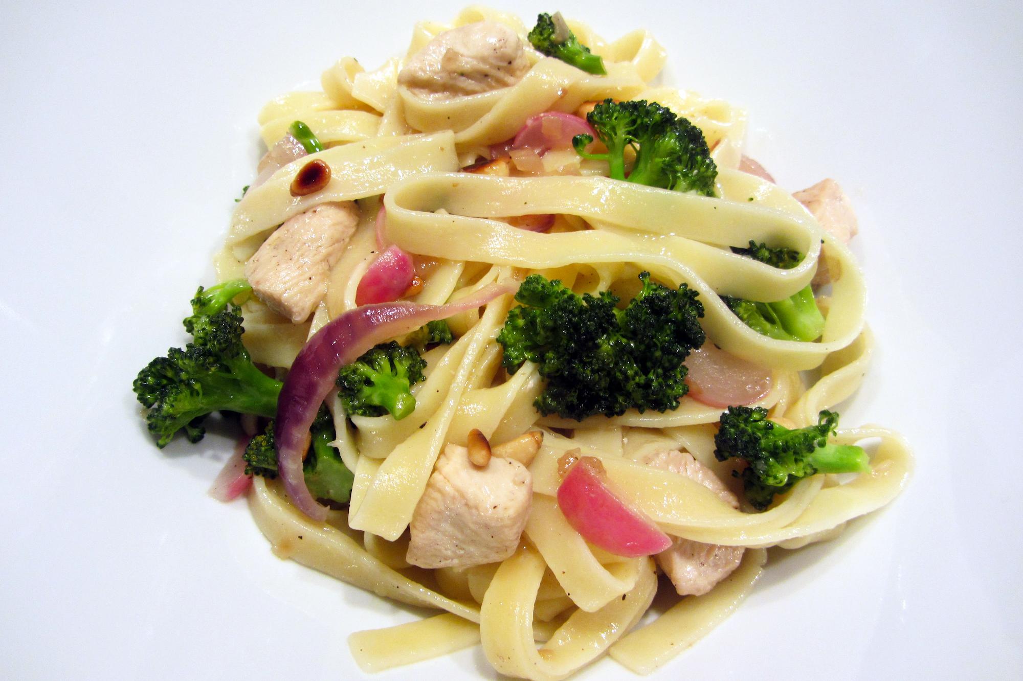 Tagliatelle met kip, broccoli en radijsjes