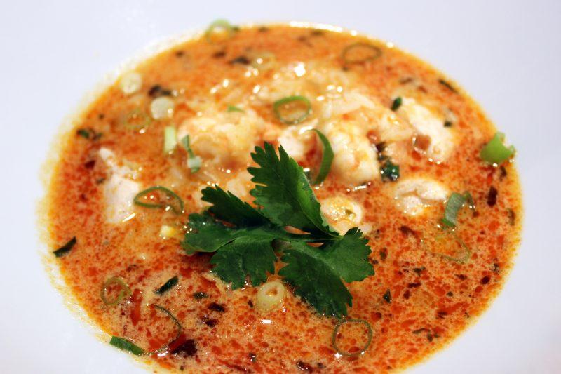 Thaise maaltijdsoep met scampi, kip en rijst
