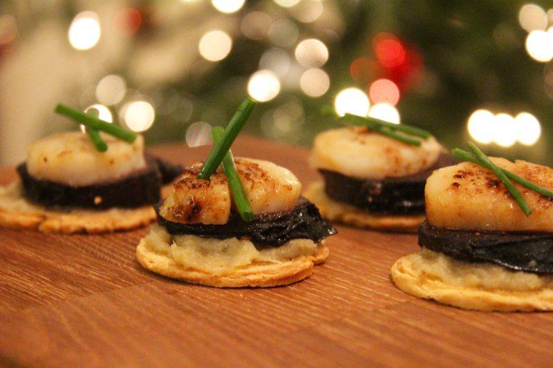 Toastjes met witloof-biercreme, zwarte pens en coquille