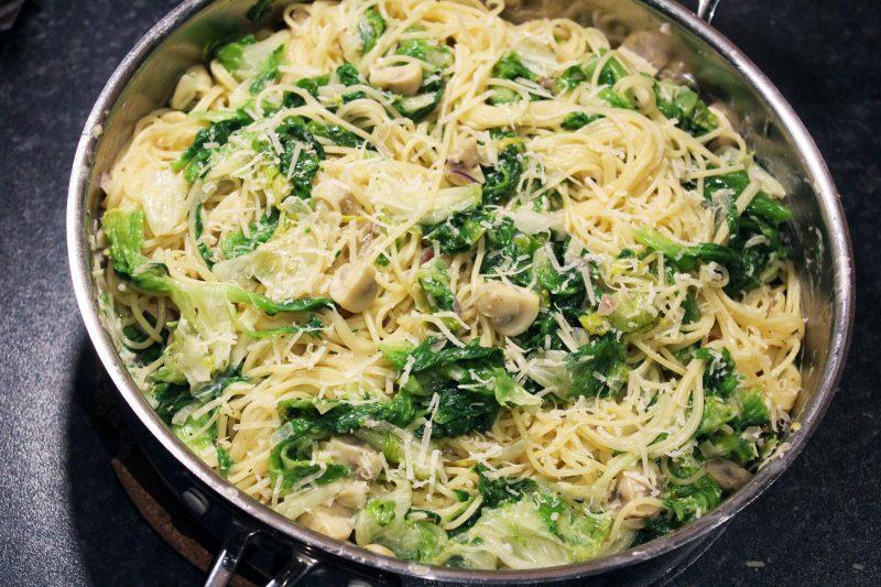 Vegetarische spaghetti met andijvie en romige champignons