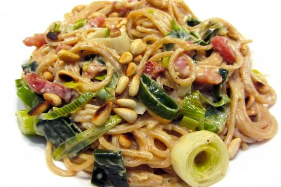 Volkoren spaghetti in mosterdsaus met prei en spek