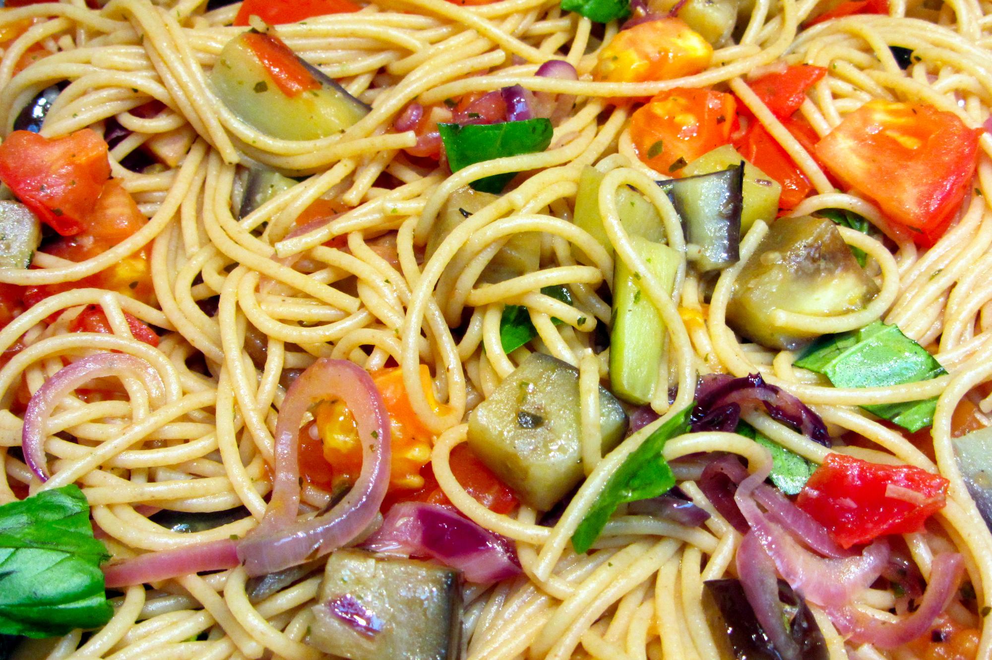 Volkorenspaghetti met aubergine en tomaat