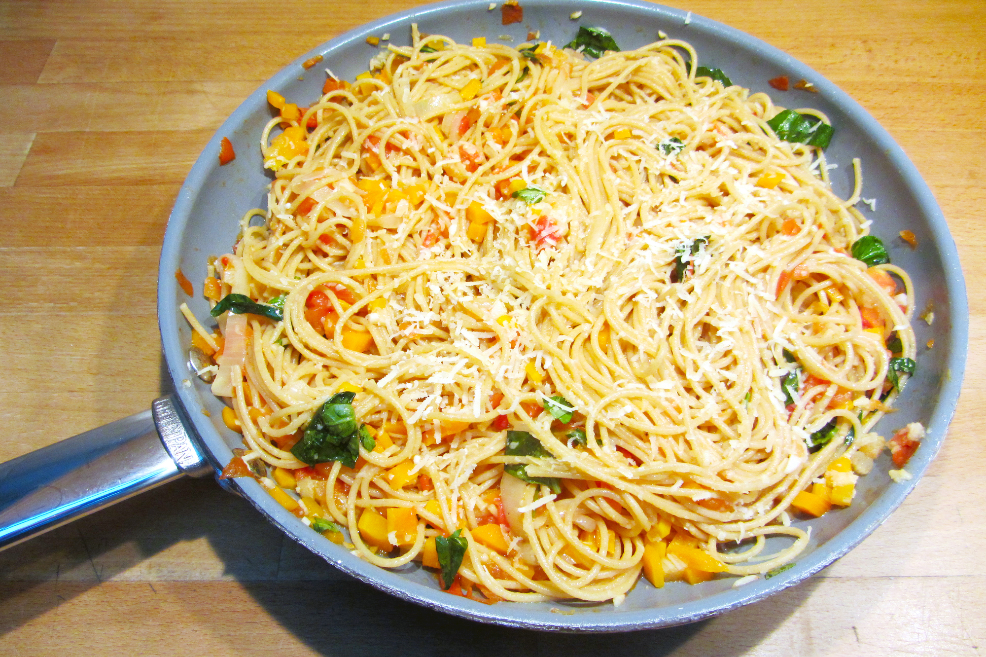 Volkorenspaghetti met een groentesausje (Antonio Carluccio)