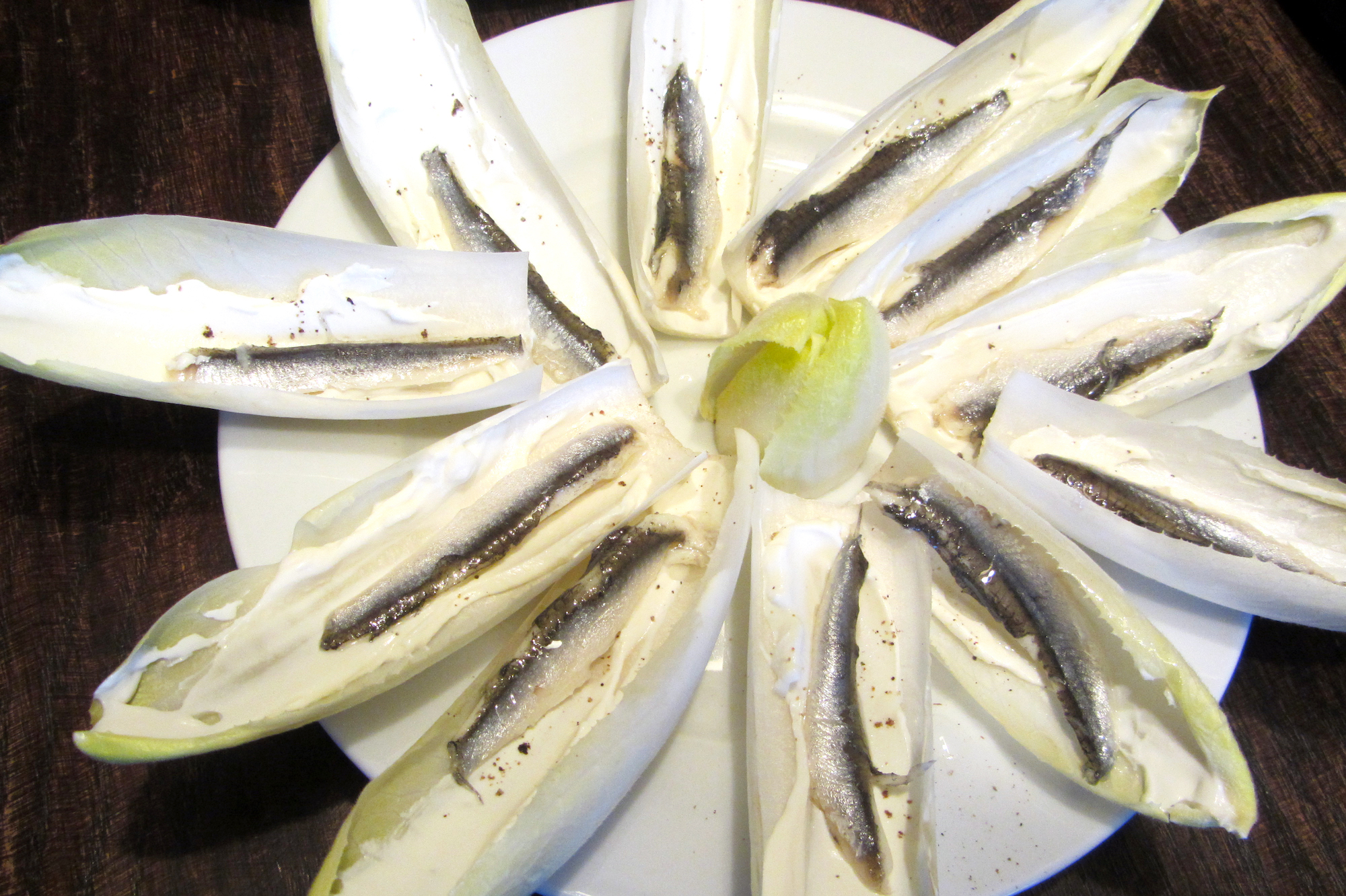 Witloofblaadjes met kaas en ansjovis