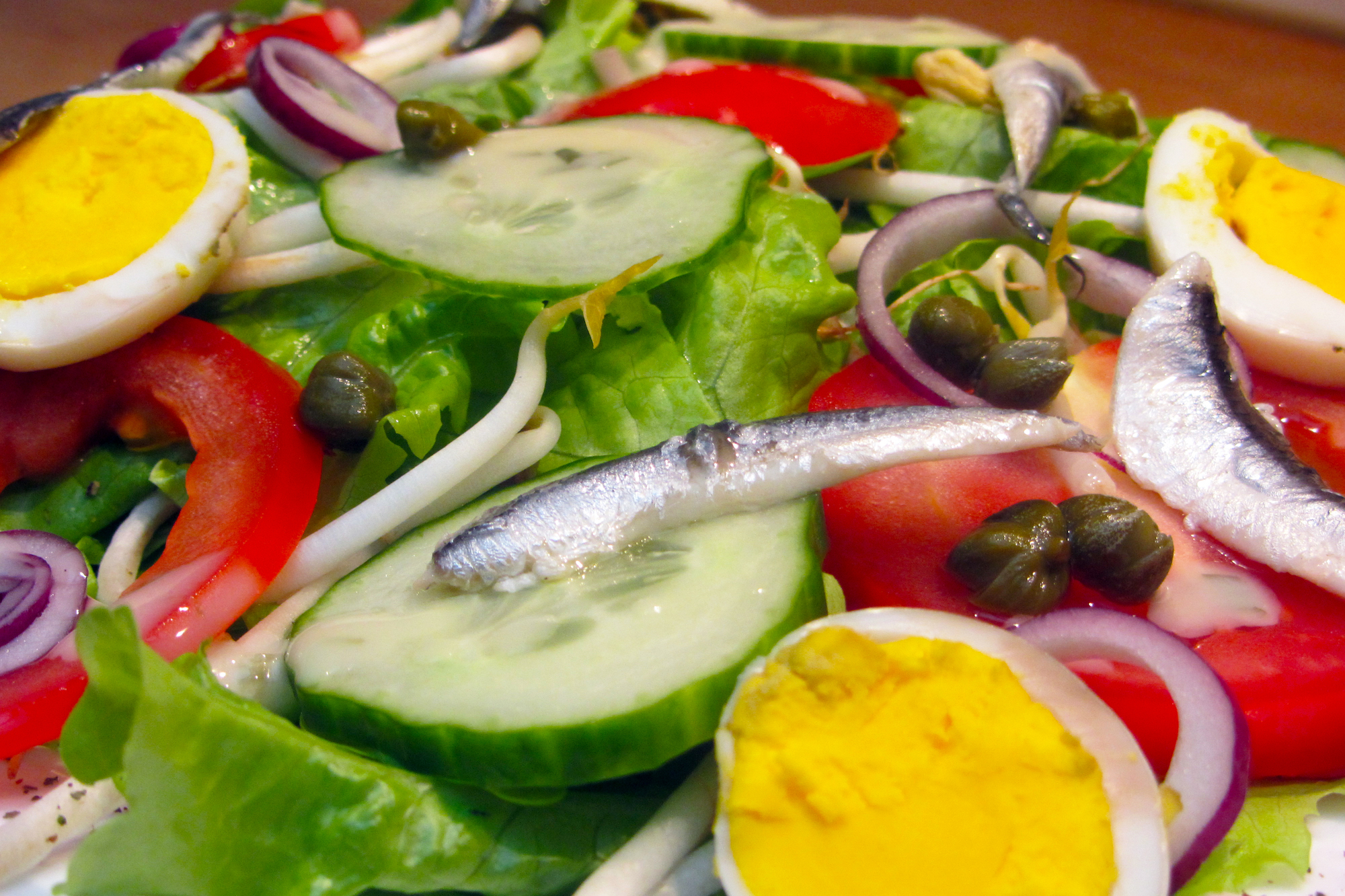 Zacht-zure salade met ansjovis en sojascheuten