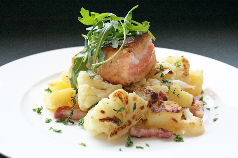 Zalm met gebakken bloemkool, aardappelen en spek (Jeroen Meus)