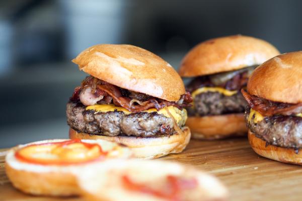 Lekker zelfgemaakte hamburgers voor op de BBQ