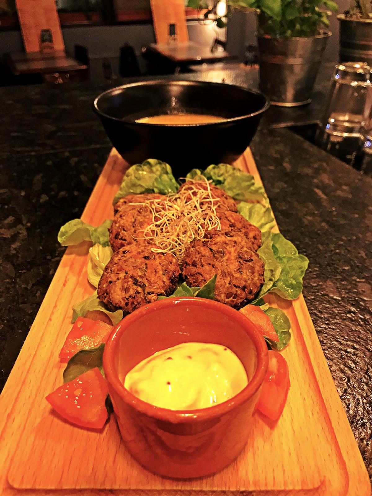 Falafel met gember en linzen in wortelsaus
